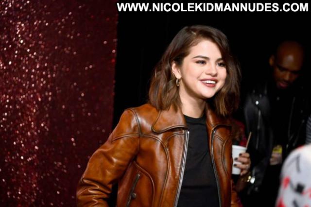 Selena Gomez Fashion Show Fashion Paparazzi Babe Posing Hot Coach