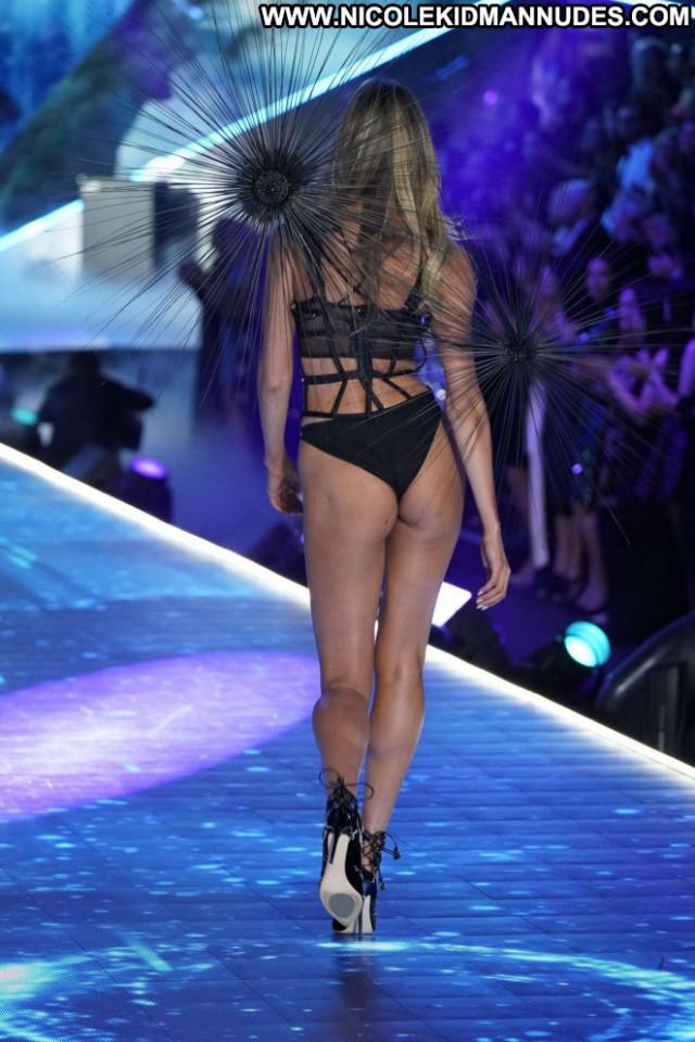 Candice Swanepoel Fashion Show Celebrity Paparazzi Posing Hot Babe