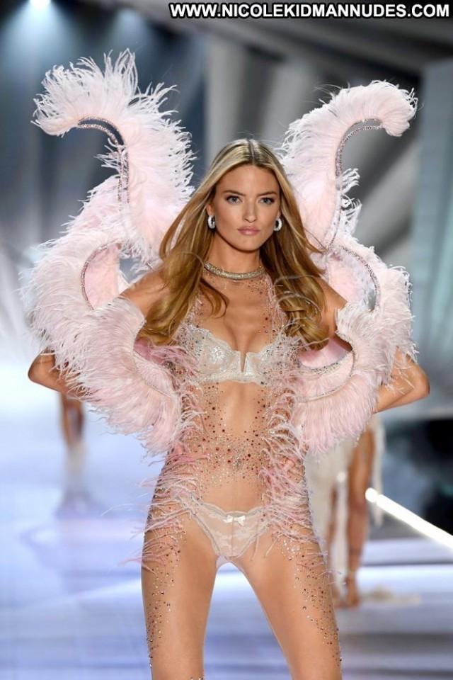Martha Hunt Fashion Show Beautiful Posing Hot Paparazzi Fashion