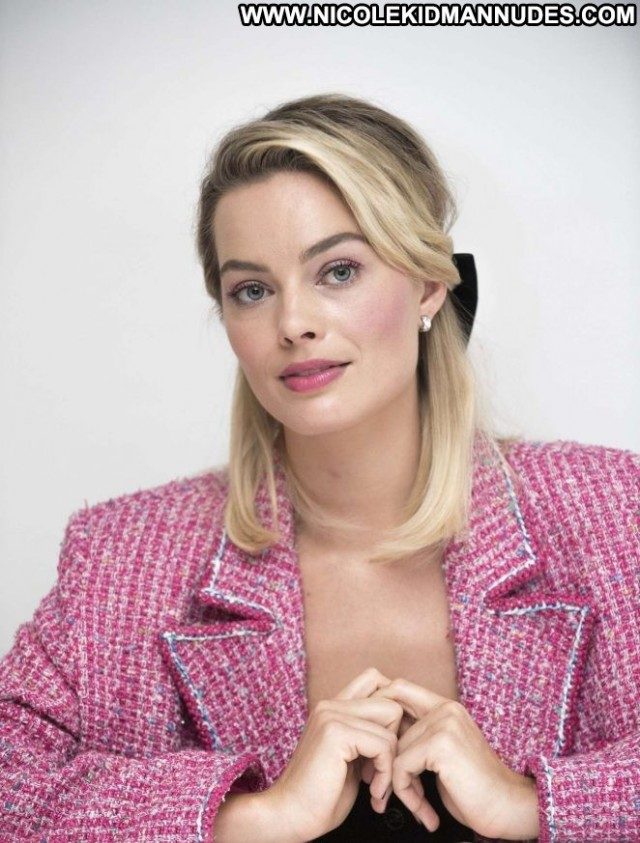 Margot Robbie Mary Queen Of Scots Babe Posing Hot Celebrity Paparazzi